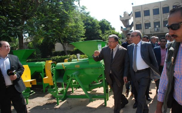 بالصور ... وزير الزراعة ومدير المنظمة العربية يشهدان تسليم ١٨٠ فراطة ذرة لقطاع الزراعة الآلية