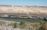 إنقاذ صندل نهرى قبل تسريب حمولة فوسفات في النيل