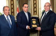 بالصور... رئيس الوزراء يكرم الدكتور عبدالمنعم البنا بحضور وزير الزراعة الحالي