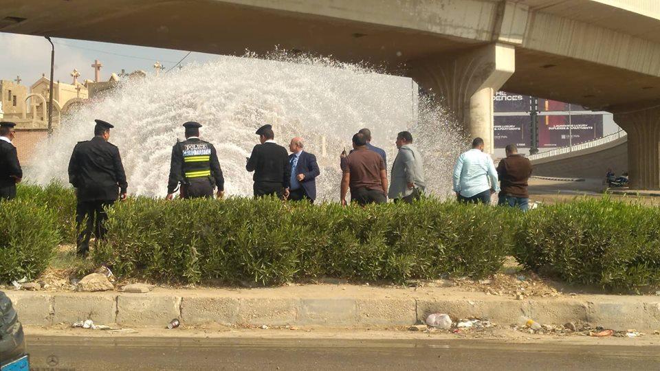بالصور...انفجار ماسورة مياه تحول التجمع الأول بالقاهرة الجديدة لشلال مائي