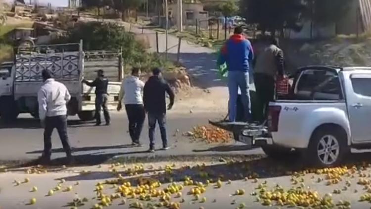 مزارعون اردنيون يلقون