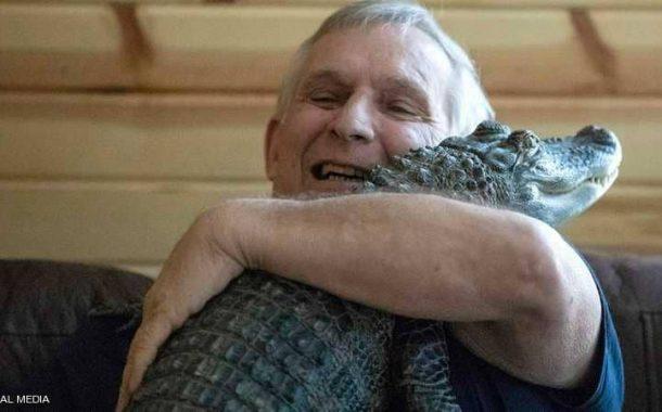 أغرب من الخيال...قصة الصداقة بين تمساح ومواطن أمريكي (صور)