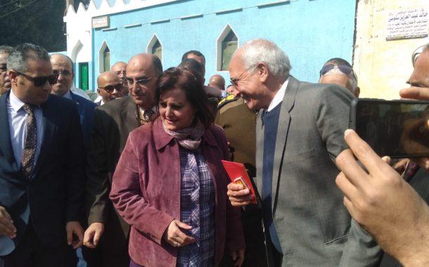 نائب وزير الزراعة تتفقد أعمال القافلة البيطرية لمعهد التناسليات في محافظة أسيوط