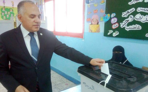 وزير الري يدلى بصوته الانتخابي في الاستفتاء بمدرسة القناة بزهراء المعادي