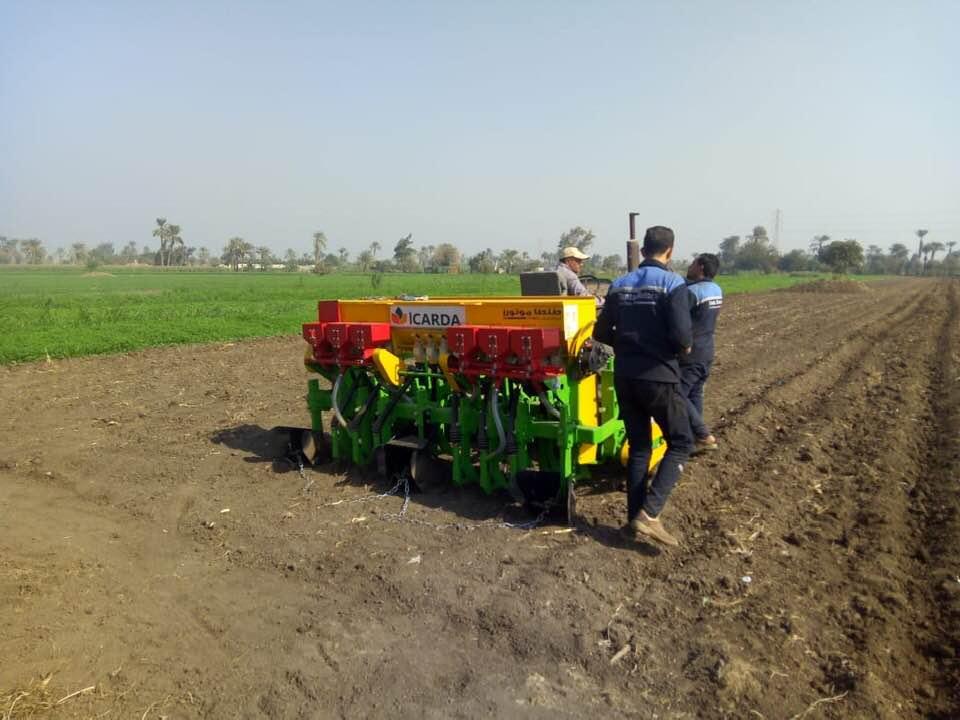 «إيكاردا» تقدم أول ماكينة لزراعة الفول البلدي علي مصاطب لتوفير مياه الري «صور»