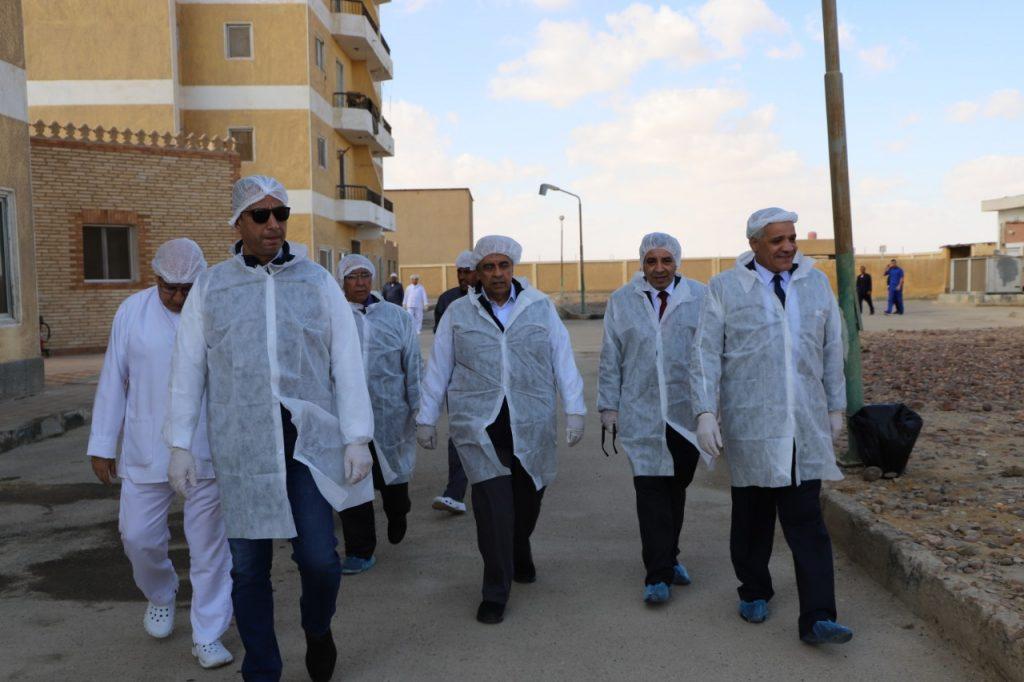 بالصور...وزير الزراعة يتفقد المشروع القومى لانتاج البيض الخالي من المسببات المرضية فى كوم أوشيم